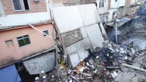 Prédio desabado, escombros e bombeiros