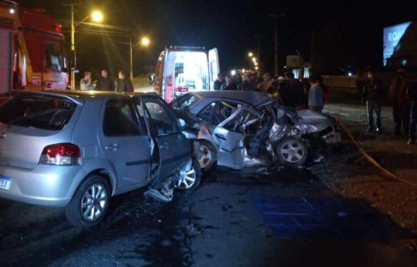 Um Palio e um Gol destruídos após acidente em rodovia de Santa Catarina