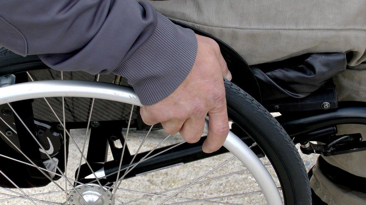 Close nas rodas de uma cadeira de rodas