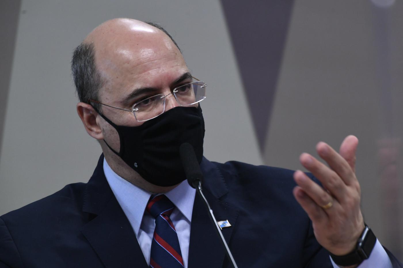 Ex-governador de máscara em comissão