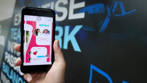 Display de um celular no aplicativo Tinder