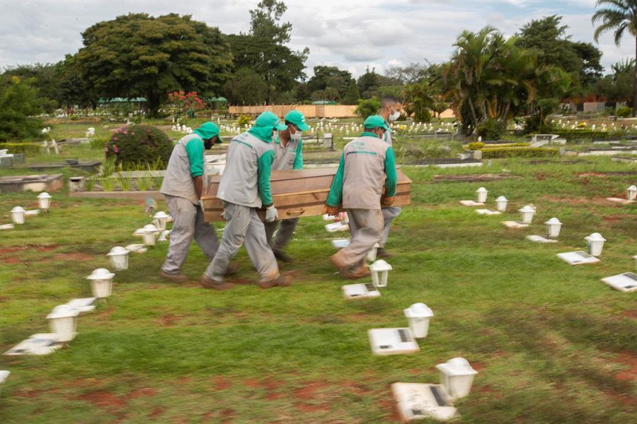 coveiros enterrando caixão
