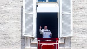 Papa Francisco acena durante a missa na Praça de São Pedro, no Vaticano