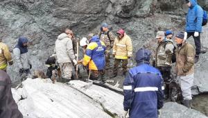 Pessoas buscando por sobreviventes de queda de avião na Rússia