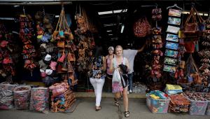 Turista em frente a uma loja de produtos artesanais em San José, na Costa Rica