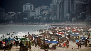 imagem de praia lotada