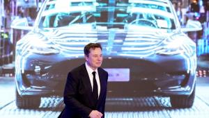 Elon Musk anda durante apresentação da Tesla