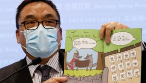 Superintendente do departamento de segurança de Hong Kong exibe livro