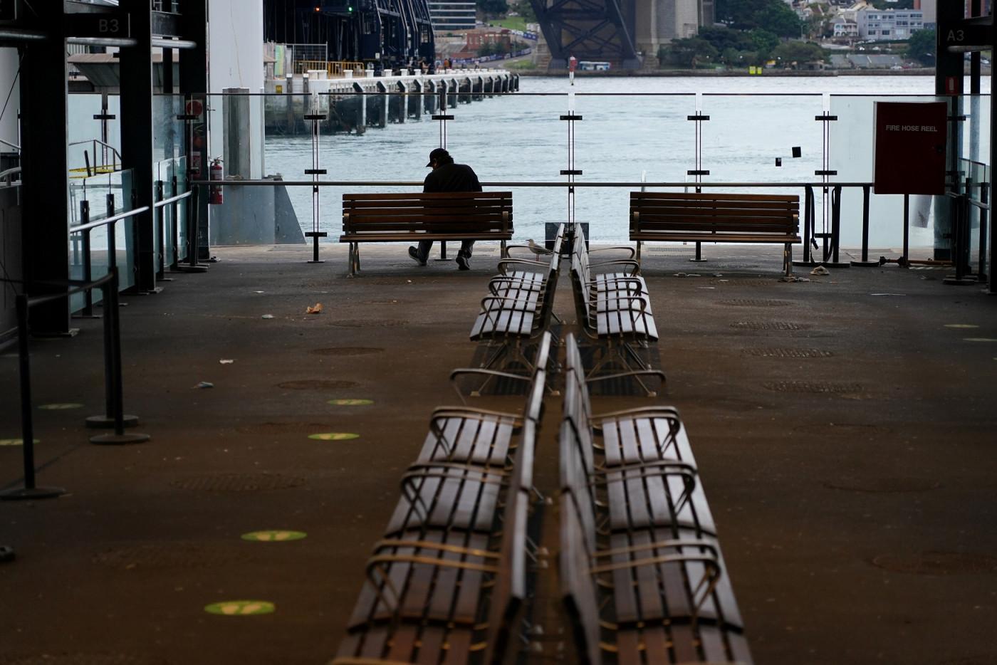 pessoa na austrália sozinha diante do mar