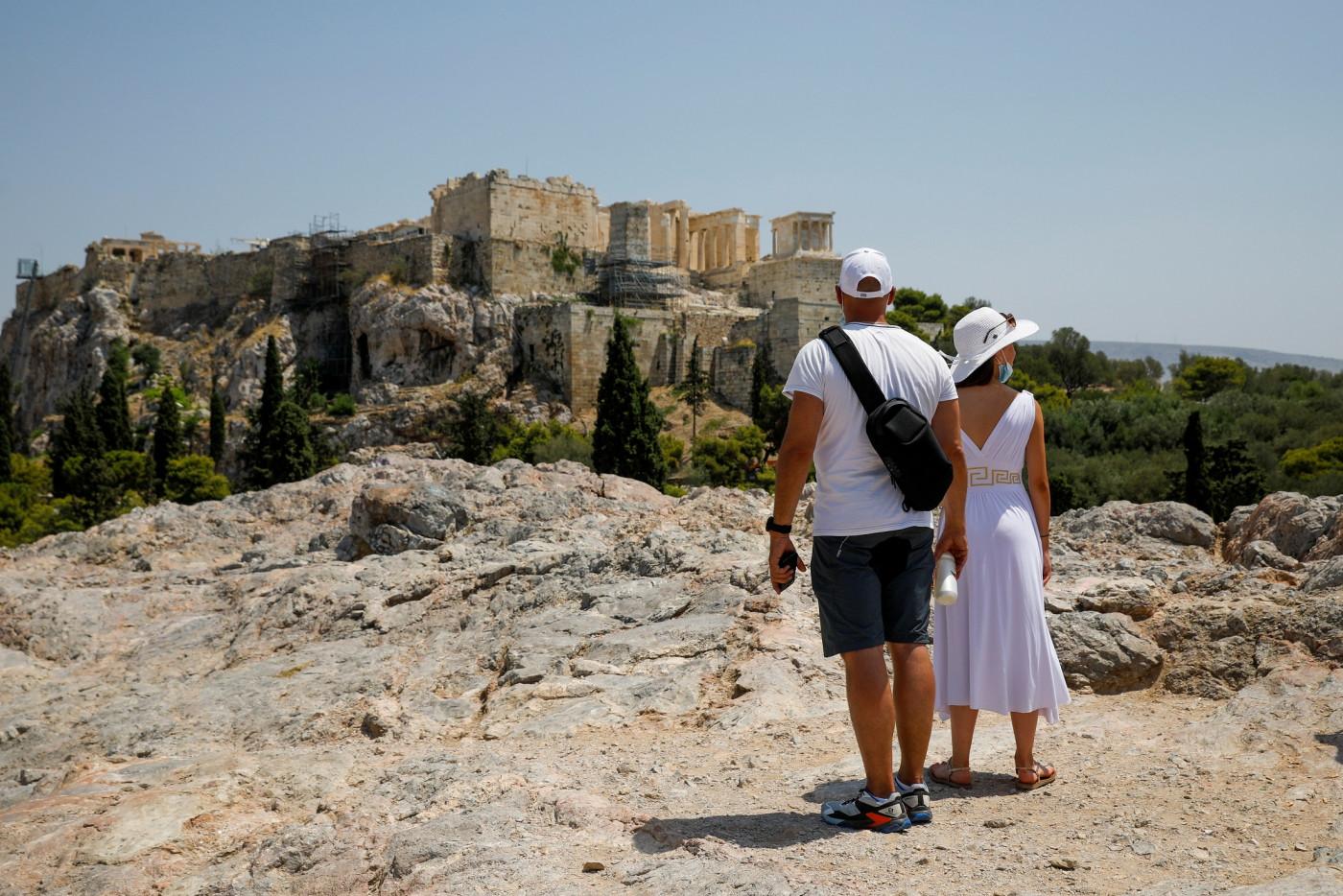 Pessoas olhando paisagem em Atenas