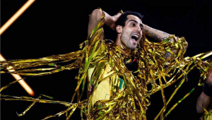 Jogador de vôlei coberto de serpentinas verdes e amarelas