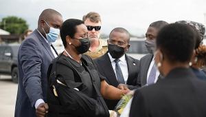 primeira-dama do haiti sendo consolada por amigos