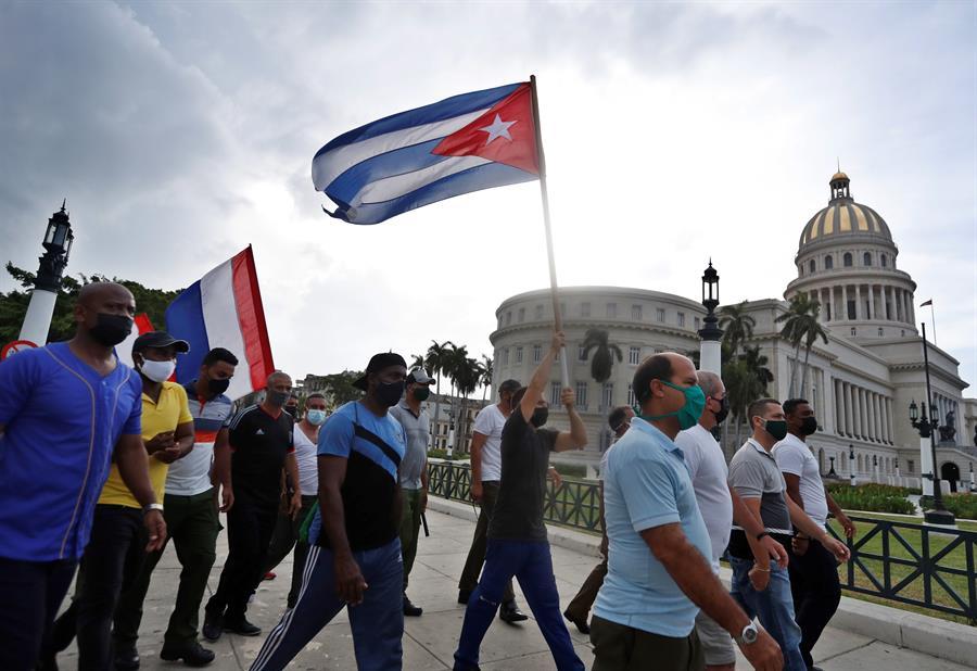 pessoas com bandeira de cuba