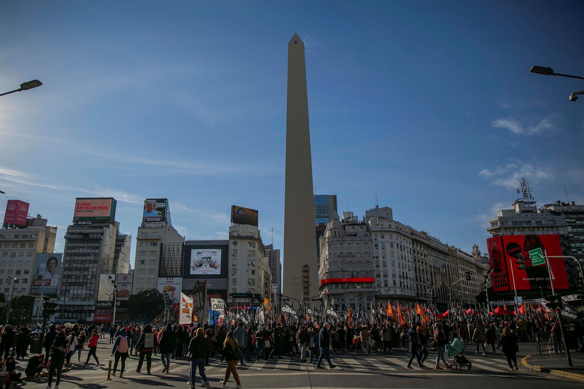 obelisco da argentina com pessoas ao redor protestando por empregos
