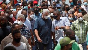 Presidente de Cuba caminha com apoiadores
