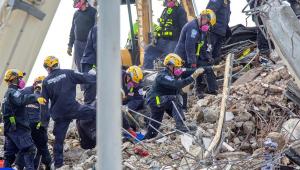 socorristas em escombros de prédio em miami
