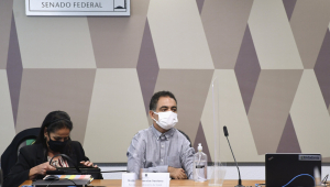 Servidor de máscara ao lado de advogada