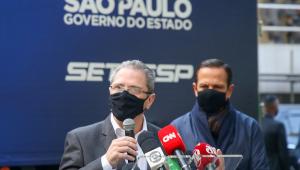 Em primeiro plano, o secretário de Saúde de São Paulo, Jean Gorinchteyn. Ao fundo, o governador João Doria