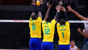time brasileiro de vôlei bloqueando bola