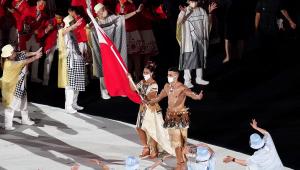 Porta-bandeira de Tonga voltou a aparecer com o corpo besuntado em uma abertura de Jogos Olímpicos