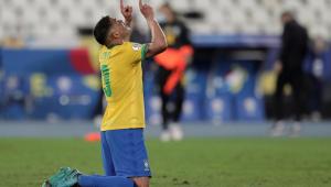 Thiago Silva de joelhos durante a partida entre Brasil e Peru, pela Copa América