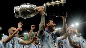 Lionel Messi erguendo a taça da Copa América após vitória da Argentina sobre o Brasil no Maracanã