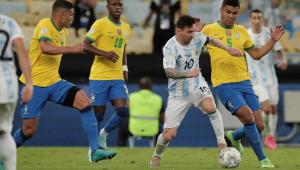 Messi conduz a bola durante a final entre Argentina e Brasil na Copa América