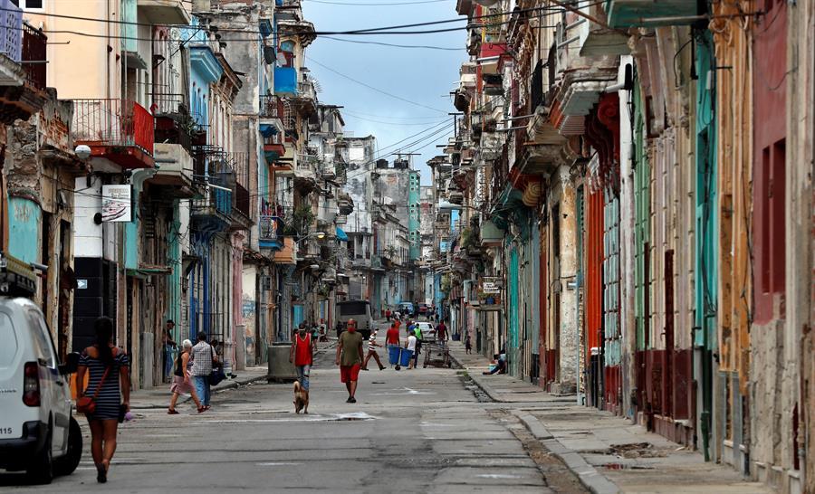 Pessoas andando na rua em Cuba