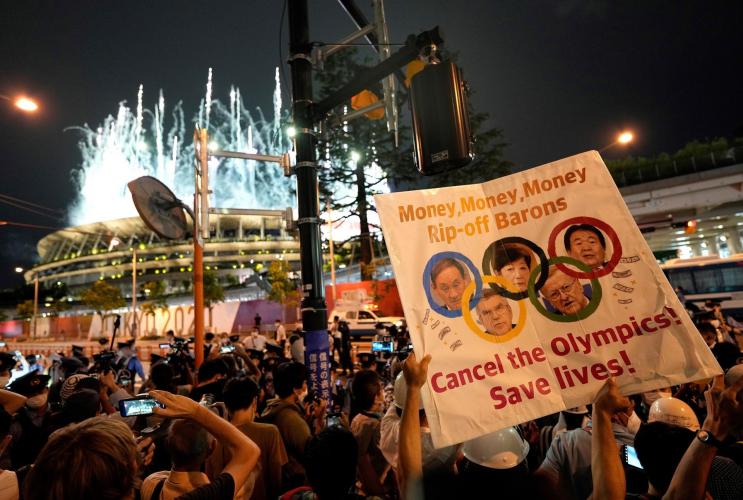 Manifestação contra os Jogos Olímpicos reuniu dezenas de torcedores em frente ao Estádio Olímpico de Tóquio, palco da cerimônia de abertura