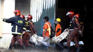 Bombeiros retiram corpo de vítima de incêndio