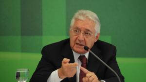 Guilherme Afif Domingos discursa em frente um fundo verde