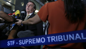 Cercador por repórteres e microfones, Jair Bolsonaro fala em frente à sede do STF