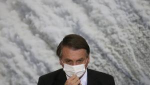 Jair Bolsonaro ajeita máscara de proteção branca