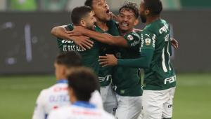 Jogadores do Palmeiras se abraçandoo e comemorando