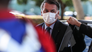 Usando terno preto e máscara branca, Bolsonaro sai de automóvel