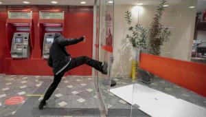 Homem chuta porta de agência bancária