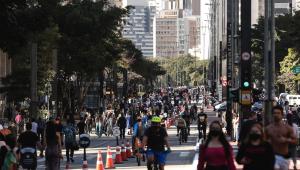 Pedestres e ciclistas circula pela Avenida Paulista