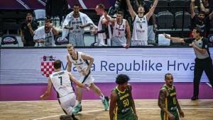 Moritz Wagner comemora ponto feito em Alemanha x Brasil no Pré-Olímpico de basquete