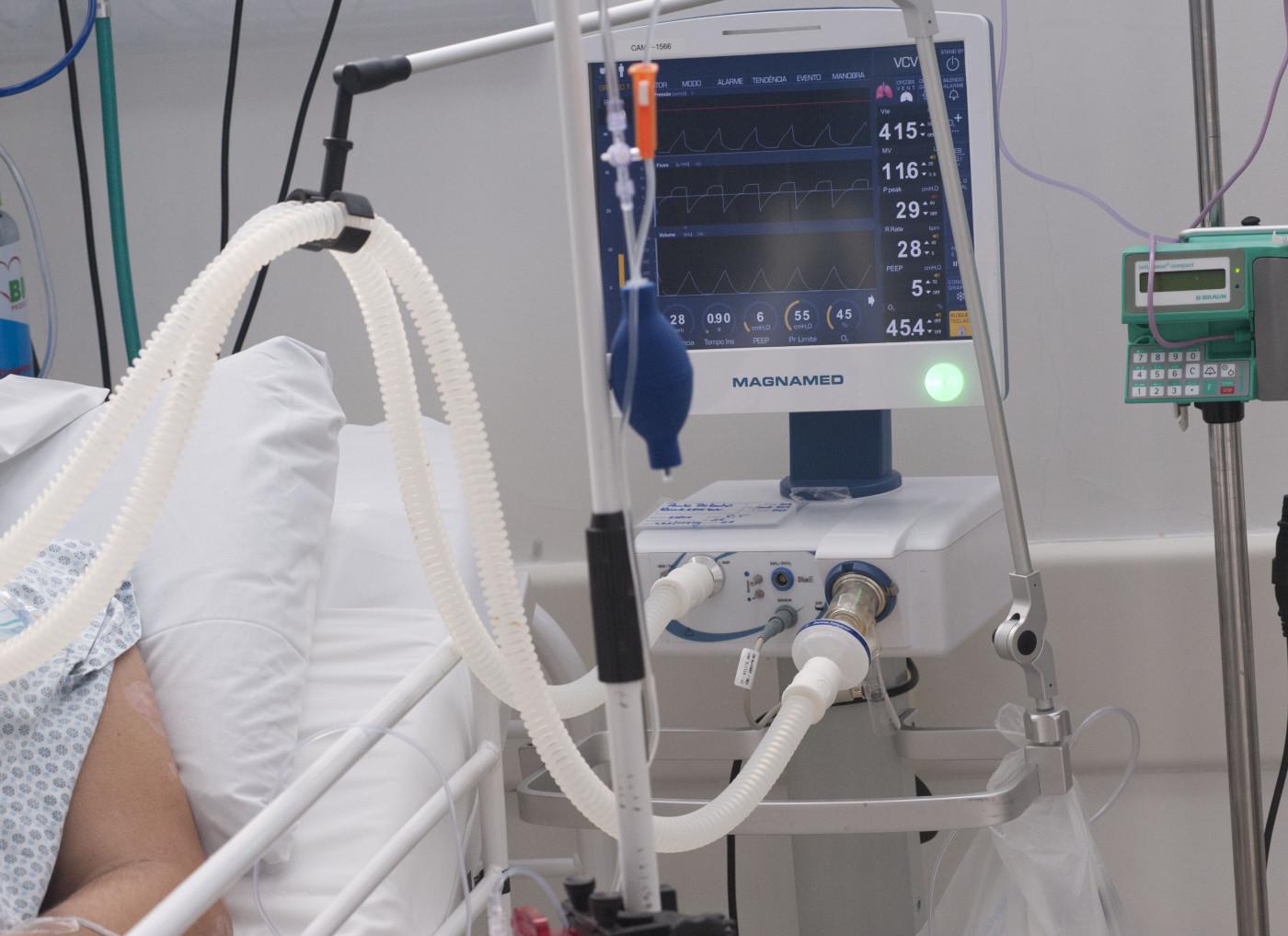 Atendimento de pacientes na UTI Covid do Hospital de Campanha AME Barradas, em Heliópolis, na zona sul de São Paul