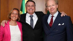 Sorridente, Jair Bolsonaro abraça a alemã Beatrix von Storch
