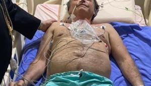 Presidente Jair Bolsonaro em cama de hospital sem camisa deitado com vários acessos pelo corpo
