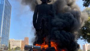Fumaça preta toma conta da estátua de Borba Gato