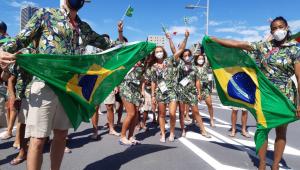 De fora da cerimônia de abertura, atletas do Brasil fazem desfile na Vila Olímpica
