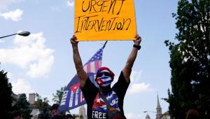 pessoas protestando em Cuba