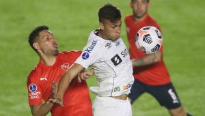 Kaio Jorge domina a bola durante partida entre Santos x Independiente pela Copa Sul-Americana