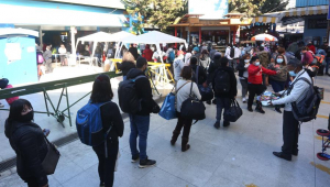 pessoas em fila na fronteira do Chile