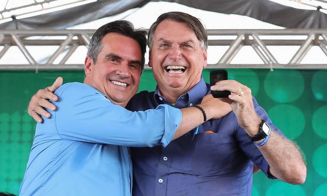 Homens se abraçam em evento público