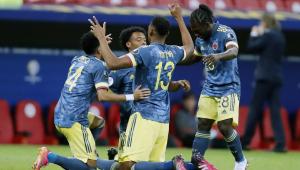 Jogadores da Colômbia comemorando gol