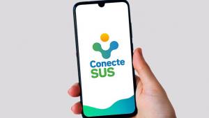 Mão segurando um celular com o aplicativo do Conecte SUS aberto