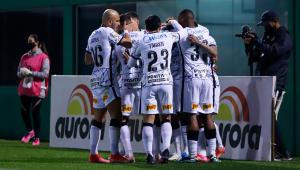 Jogadores do Corinthians comemorando gol
